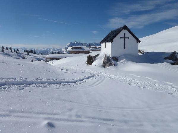 Kapelle auf der Eggenalm, Hintergrund Straubinger Haus und Wilder Kaiser
