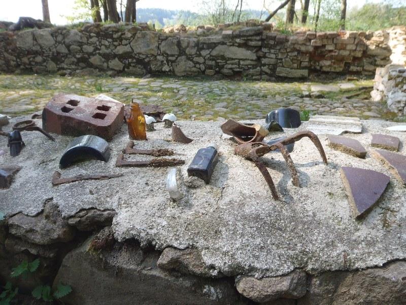 Werkzeuge in ihrer Zeit festgemauert